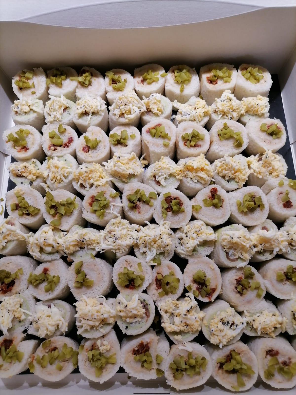 Rotllets de pa de motlle farcits de cremós d'alvocat i salmó i farcits de tonyina, ou i maionesa
