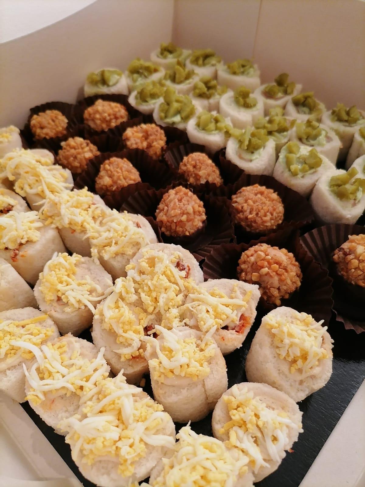 Rotllets de pa de motlle farcits de tonyina, ou i maionesa; bombons de foie i rotllets de pa de motlle farcits de cremós d'alvocat i salmó