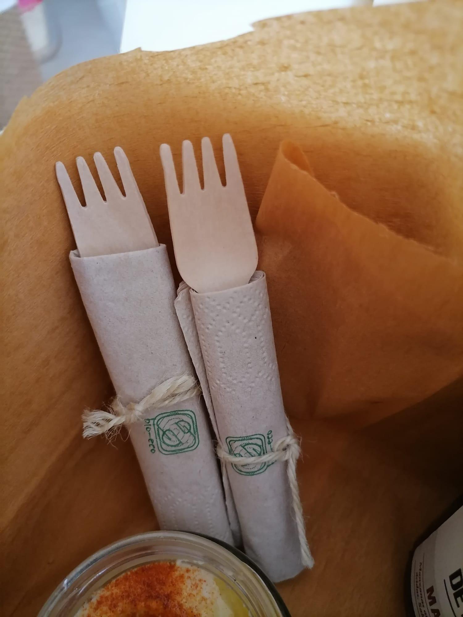 Forquilles de fusta i tovallons de paper